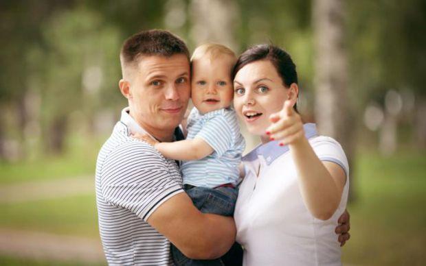 Колір очейЯкщо у тата очі темно-карі, а у мами блакитні, то у дитини з великою ймовірністю будуть карі. Ген карих очей є домінантним, тобто сильним, а