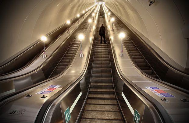 Дослідження показали, що 74% людей вважають за краще пересуватися по ескалатору стоячи, в той час як серія експериментів, в тому числі і психотерапевт