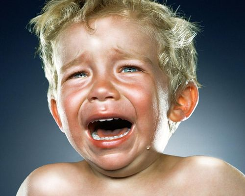 Якщо малюк уже вийшов з віку немовляти, його сльозивість й емоційність відбуваються не просто так.