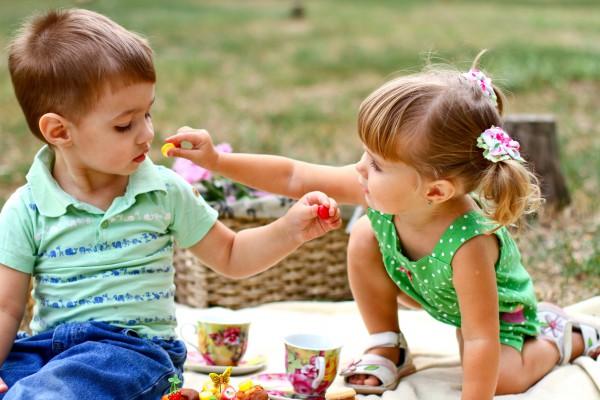Гіперопіка і відгодовуванняБатьки постійно піклуються про те, щоб їх дитина не була голодною. Якщо вага малюка недотягує до нормативних показників, по