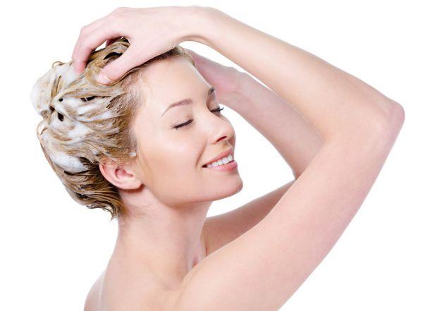 Маски для волосся сприяють його росту, роблять менш сухим та повертають силу. Наносять їх перед миттям. Спочатку маску втирають в шкіру волосистої час