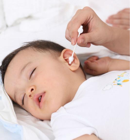 Правильне чищення вушок малюка дуже важливе для його здоров'я. Як правильно це робити - читайте у матеріалі.