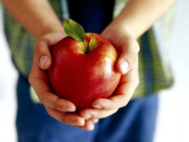 За статистикою, чоловіки люблять яблука більше, ніж жінки. Жінки віддають перевагу вишуканим фруктам. І даремно.