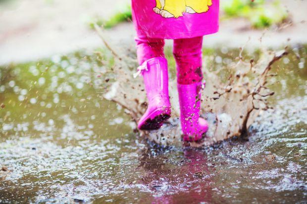Чи завжди мокрі ноги ведуть до застуди і що зробити, якщо малюк прибіг з прогулянки з мокрими капцями? Повідомляє сайт Наша мама.