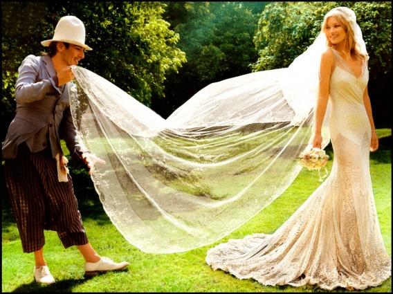 Іноді зірки дотримуються традицій своєї родини і виходять заміж у сукнях, що передаються з покоління в покоління. Однак, більшість дам обирає вбрання