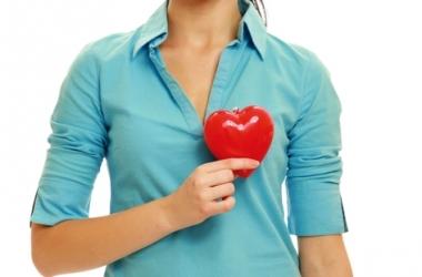 Жінки схильні ігнорувати і не визнавати ранні симптоми інфаркту, що насувається, такі як біль у грудях і запаморочення, зволікаючи з отриманням екстре