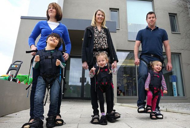 Деббі Елнатан - мати сина, який не міг ходити самотужки, створила власноруч спорядження для дітей, які страждають від паралічу.