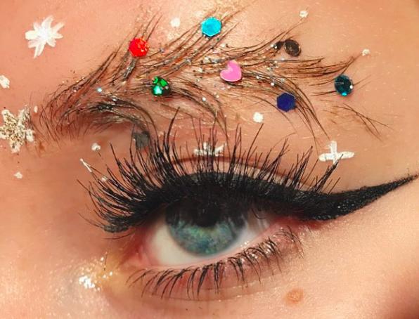 На новорічній вечірці кожній з нас хочеться виглядати надзвичайно! А тому саме для головної ночі в році ми приберігаємо найсміливіші тренди в макіяжі