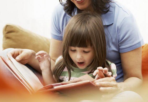 Як навчити дитину швидко ділити слова на звуки, визначати перший, останній звуки в слові? Звичайно ж, тренуваннями! Та вони не завжди цікаві дитині. З