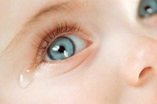 Поява гною в очах часто відбувається при кон'юнктивітах. Кон'юнктивіт - запалення однієї з оболонок ока - кон'юнктиви. Кон'юнктива вистилає повіки зсе