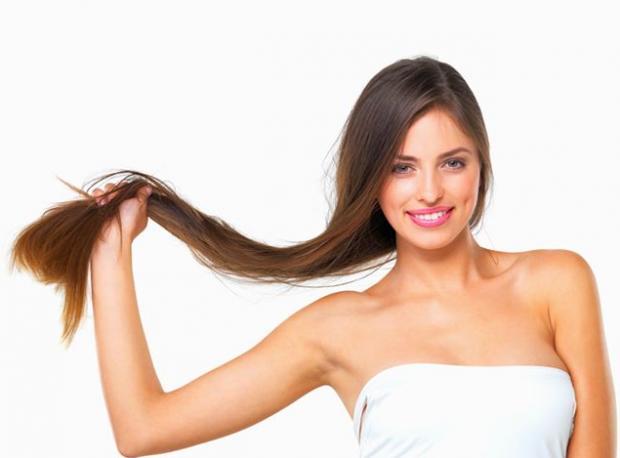 Посічені кінчики суттєво псують структуру волосся, тому їх варто відрізати щомісяця у перукарні. Якщо ж волосся січеться з причини нестачі вітамінів,