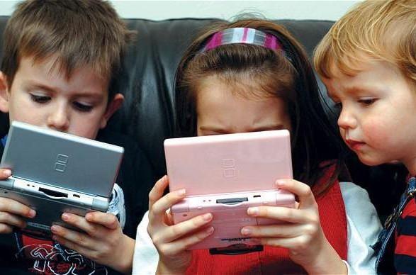 Буває так, що дитина хоче проводити весь свій вільний час лише за комп'ютером чи смартфоном і більше нічого її не цікавить. Як тоді бути?