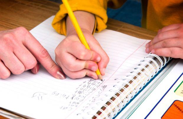 Як дізнатись, чи комфортно дитині у школі?Перш за все, візьміть зошит вашого школяра.