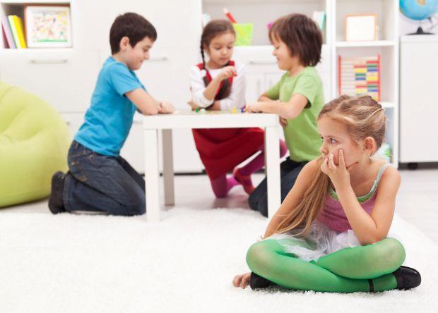 Для того щоб зрозуміти, що ваша дитина дійсно замкнута, а не інтроверт, скромний і тихий за характером, потрібно уважно спостерігати за її поведінкою.