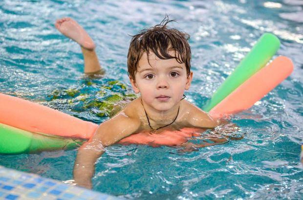 Ігри - ось що допоможе вашому малюкові швидко навчитися плавати, адже діти найбільше люблять гратися.