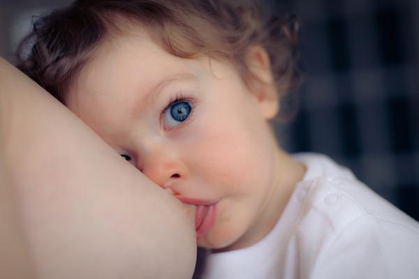 Що робити, якщо дитина кусає груди під час грудного вигодовування