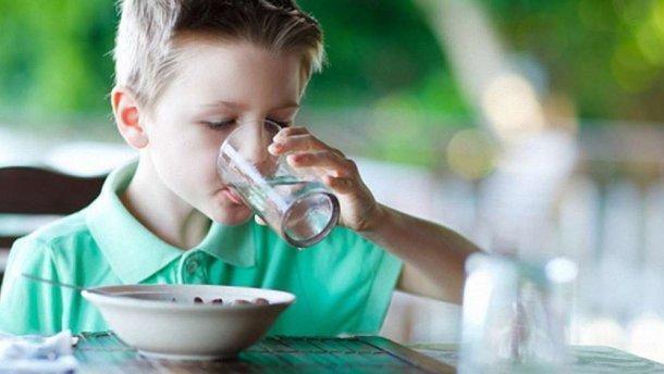 Чому діти зловживають солодкими газованими водичками і як їх відучити від цих шкідливих напоїв - читайте у матеріалі.