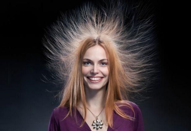 Мабуть, у кожної жінки було таке, що волосся електризується, чому так трапляється - читайте далі.