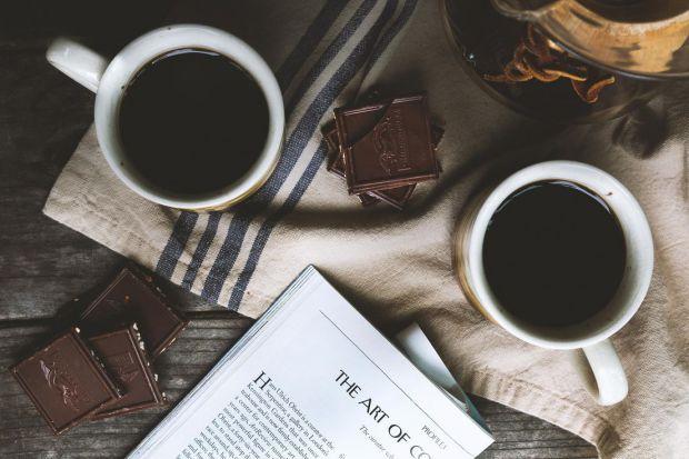 Вживання кави може поліпшити здатність очей виробляти сльози, що особливо корисно при довгій роботі за комп'ютером.