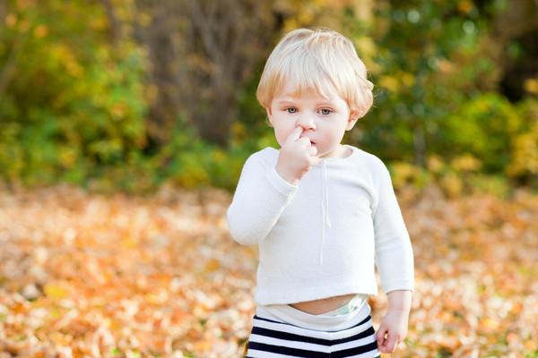 Малюк смокче пальця чи доносить на інших?