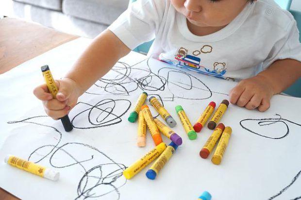 Малювання - базовий навик, на якому будується процес розвитку дитини. Через малювання малюк вчиться тримати олівець, він тренує силу руки і дрібну мот