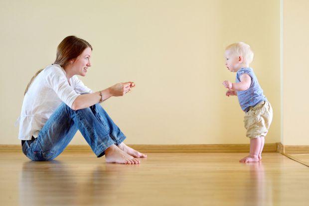 Як навчити дитину ходити самостійно без підтримки і без травм - читайте у матеріалі.