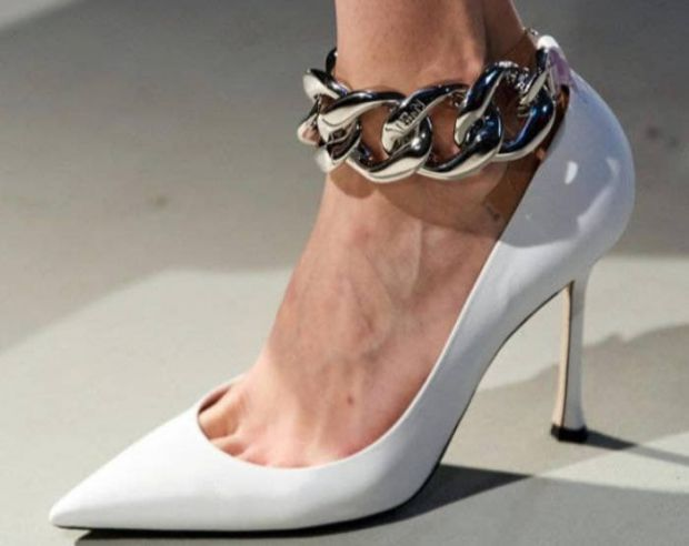 На що звернути увагу, вибираючи взуття на осінь? Колір, масивна підошва, ланцюги та мотузки - головні прикмети модного осіннього взуття 2021. Враховуй