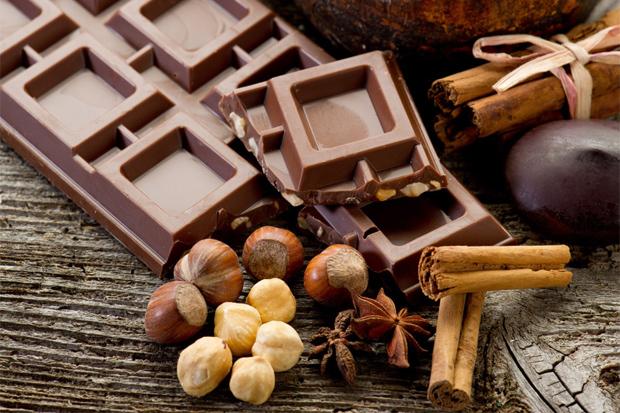 Вчені стверджують, що 7 грамів темного шоколаду з високим вмістом какао в день допоможе знизити ризик серцевого нападу та інсульту на 48%, а також вре