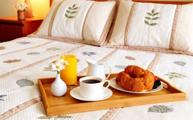Лише у ці дні випадає чудова можливість полежати у ліжечку на годину довше, а також приготувати собі один з найкращих сніданків, які подарують вам від