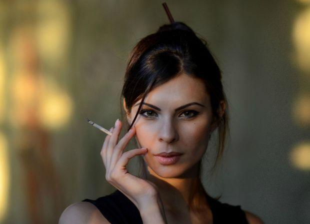 Багато кому відомий стереотип: струнка жінка з філіжанкою кави та довгою сигаретою у тонких пальцях. Саме від таких картин і виникла думка, що для тог
