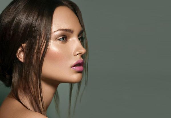 Стробінг підкреслює і акцентує риси обличчя. Головний засіб в цьому макіяжі - хайлайтер, що надає шкірі сяйво. Зі стробінгом ви виглядатимете сексуаль