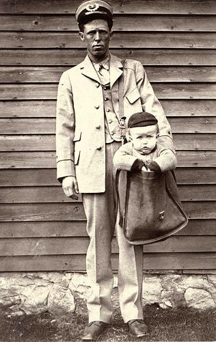 На початку ХХ століття в США можна було відправити дитину поштою: послуга коштувала менше долара, і при цьому пошта сама дбала про живу посилку.