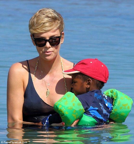 Актриса Шарліз Терон відзначила своє 38-и річчя на Гаваях і взяла з собою свого прийомного сина Джексона.