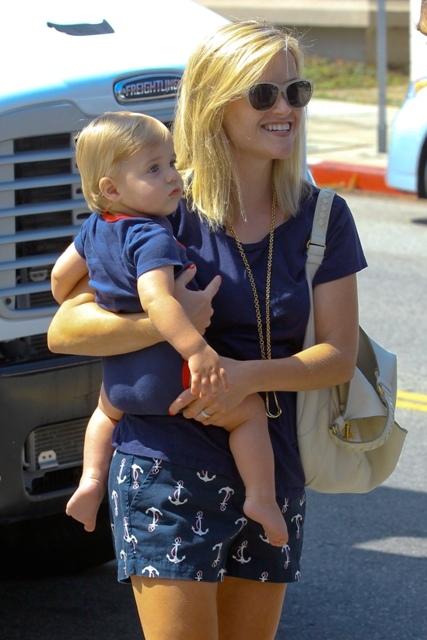 Дням Різ Уізерспун вийшла зі своїм маленьким сином Теннессі на шопінг, але дещо дитячий.