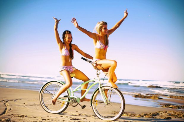 Їзда на велосипеді покращує самопочуття і фізичну форму, а також піднімає настрій.