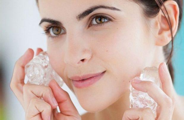 Косметичний лід з чистої води або з додаванням настоїв трав подарує вам доглянуту свіжу шкіру, допоможе позбутися зморшок і набряків. Що ж відбуваєтьс