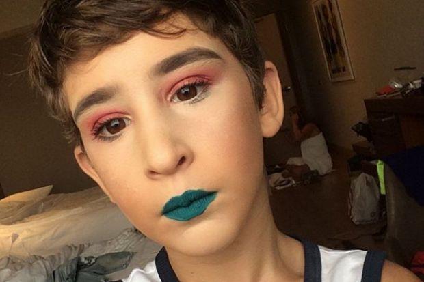 Бути б'юті-блогером зараз дуже модно. Ось і 10-річний Харрісон Шварц вирішив бути у тренді.