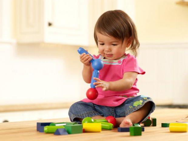 Щоб дитина розвивалася, їй необхідно навчитися багатьох важливих навичок, від цього буде залежати, як малюк ходить, бігає, сидить і стоїть, як тримати