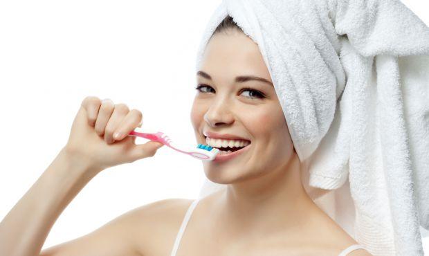 З дитинства нас з вами вчили, що зуби потрібно чистити двічі на день. Ні для кого не секрет, що язик теж потрібно очищати від нальоту. І робити це вар