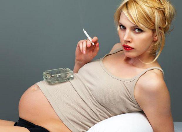 За даними статистики, все більше число жінок сьогодні палить постійно, багато роблять це від випадку до випадку, і пристрасть до тютюну молодіє - сьог