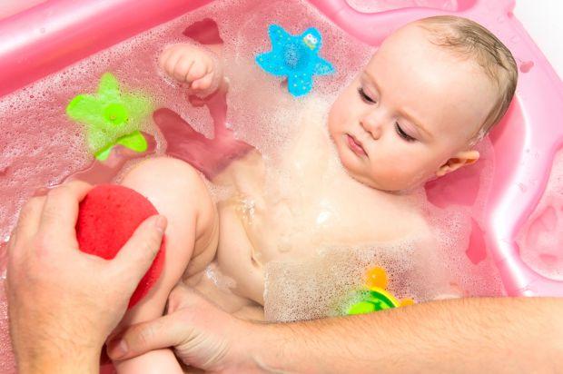 Якщо дитина обожнює приймати ванну перед сном і після цього краще засинає, це прекрасно. Але взагалі купати дитину кожен день немає необхідності.
