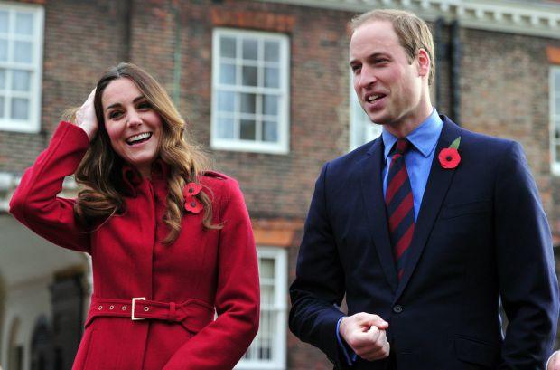 Днями на станцію метро High Street Kensington у Лондоні з'явилися принц Вільям з дружиною, щоб вшанувати День пам'яті.