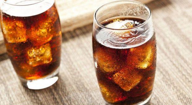 Солодкі напої, включаючи газовану воду, фруктові суміші і навіть підсолоджена вода, вода з ароматизаторами і бутильована вода можуть підвищити ризик р