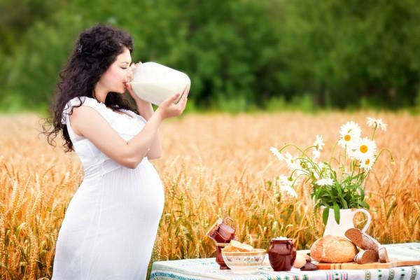 Дослідники з Ісландії, Данії та США провела дослідження, яке показало, що підлітки, чиї матері під час вагітності пили по 150 мл молока на день, були