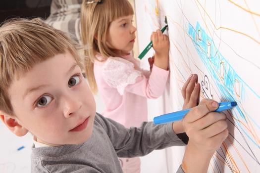 Змусити двох своїх дітей мирно грати разом - не найпростіше завдання. Ось кілька принципів, як допомогти їм подружитися і краще взаємодіяти один з одн