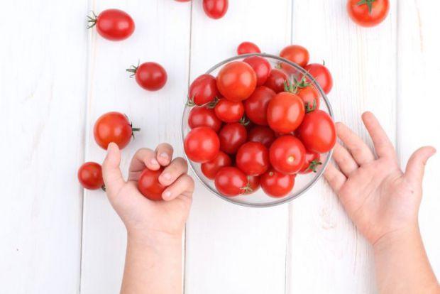Надлишок солі в раціоні малюка не призведе ні до чого хорошого, тому солені огірки і помідори педіатри радять вводити в меню якомога пізніше - після 5