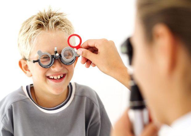 Якщо побоюєтесь, що у дитини виникнуть проблеми із зором, все, що вам потрібно - прогулянки! Повідомляє сайт Наша мама.