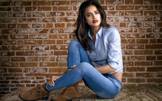 Дизайнери в один голос повторюють, що жіночі джинси повинні підкреслювати унікальність їх власниці. Отож, сьогодні в моді відверто-облягаючі скіни, ві
