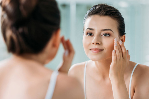 Телеангіектазії — так дерматологи називають втрату еластичності капілярів. Це веде за собою появу судинної сіточки на обличчі, що виглядає, ніби почер