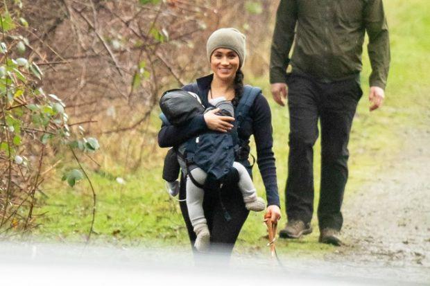 Меган Маркл з сином Арчі гуляє в лісі (ФОТО)